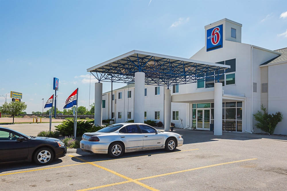 Front of Property, Motel 6 Grand Island, NE