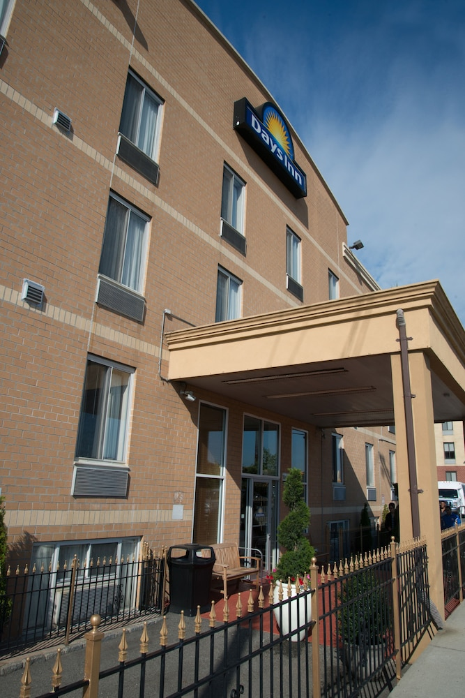Property Entrance, Days Inn by Wyndham Jamaica / JFK Airport