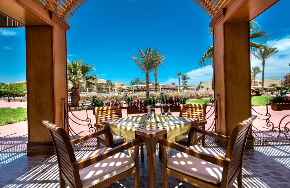 Outdoor Dining, Desert Rose Resort