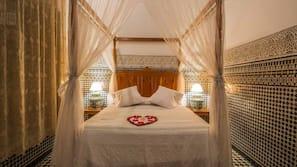 窗簾、免費嬰兒床、免費 Wi-Fi