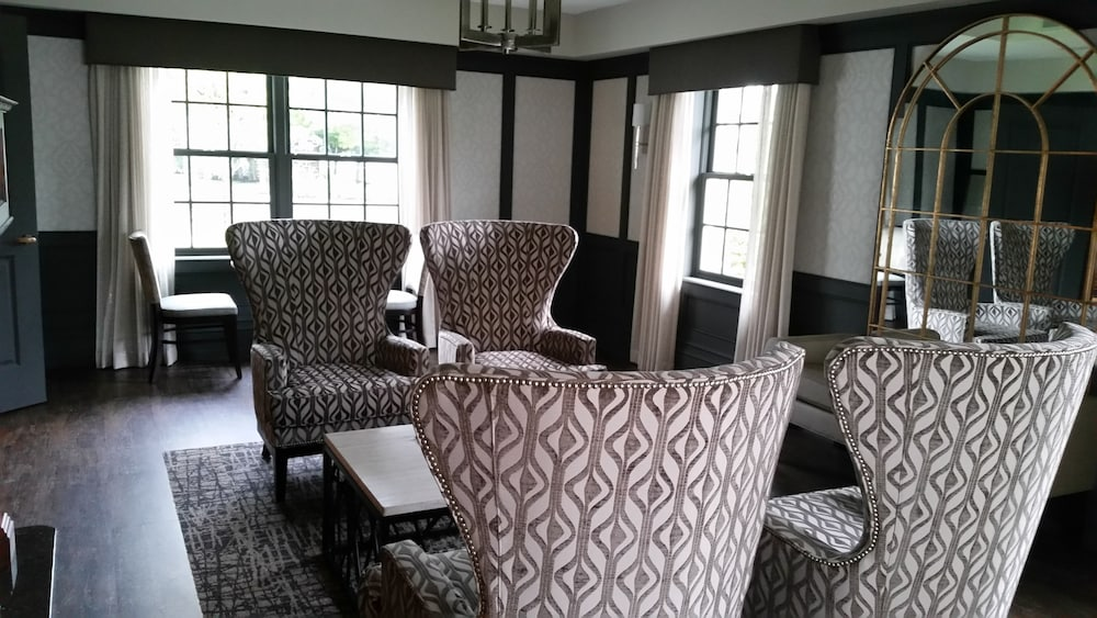 Lobby Sitting Area, Normandy Farm Hotel and Conference Center