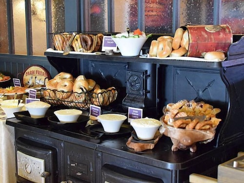 Breakfast Area, Normandy Farm Hotel and Conference Center