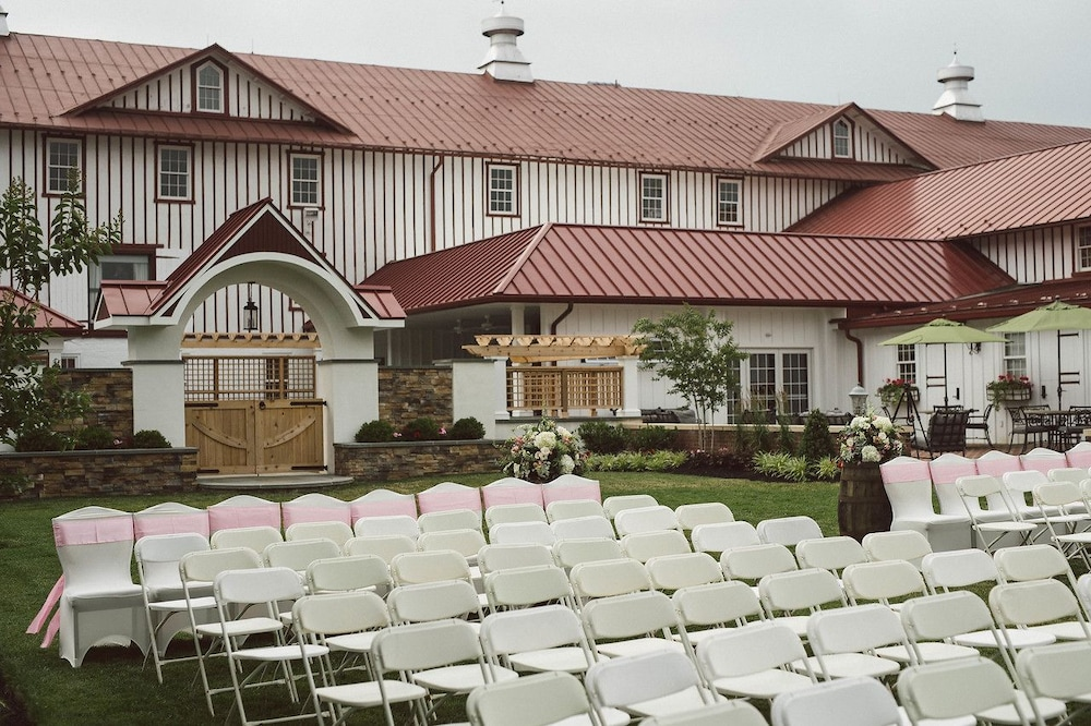 Outdoor Wedding Area, Normandy Farm Hotel and Conference Center