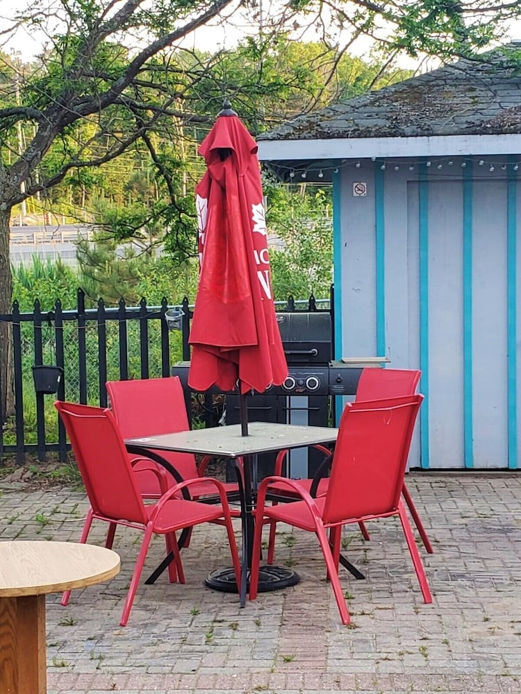 Outdoor Dining, Super 8 by Wyndham Parry Sound