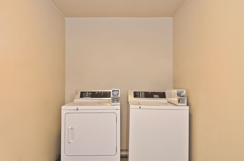 Laundry Room, Clackamas Inn & Suites