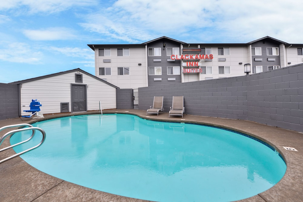 Outdoor Pool, Clackamas Inn & Suites