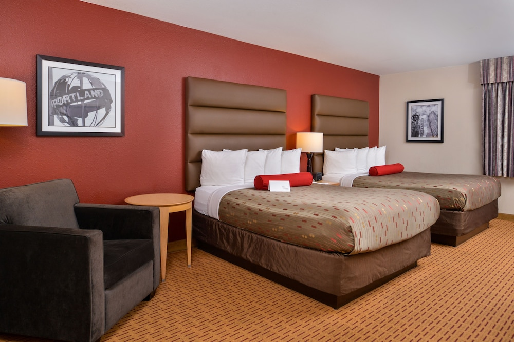 Room, Clackamas Inn & Suites