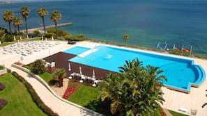 2 piscinas cubiertas, una piscina al aire libre de temporada, sombrillas