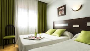 Escritorio, cortinas opacas, cunas o camas infantiles (de pago)