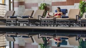 실내 수영장, 시즌별로 운영되는 야외 수영장, 10:00 ~ 19:00 오픈, 수영장 파라솔, 일광욕 의자