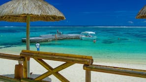 Plage, sable blanc, cabines gratuites, chaises longues