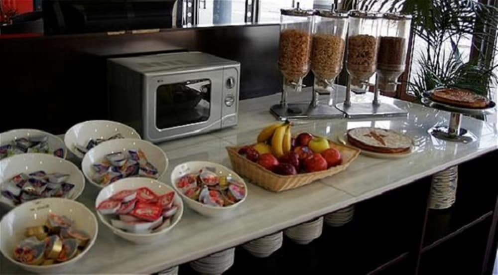 Breakfast buffet, Holiday Inn Express Barcelona - Molins de Rei, an IHG Hotel