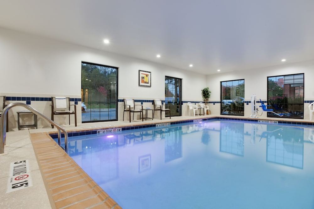 Pool, Holiday Inn Express I-95 Capitol Beltway-Largo, an IHG Hotel