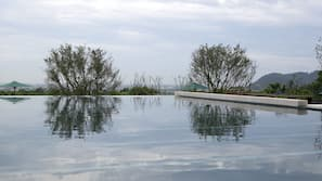 室外泳池;08:00 至 22:00 開放;躺椅