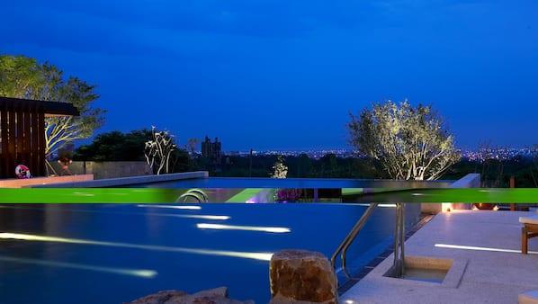 室外游泳池,開放時間為 08:00 至 22:00,提供日光浴躺椅