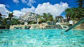 室外泳池;09:00 至 17:00 開放;泳池傘、躺椅