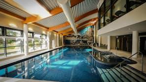 2 piscinas cubiertas, 2 piscinas al aire libre, tumbonas