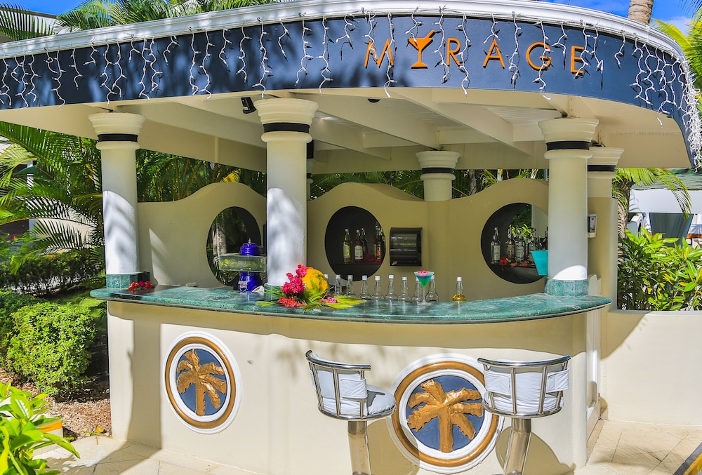 Poolside Bar, Lifestyle Crown Residence Suites - All Inclusive