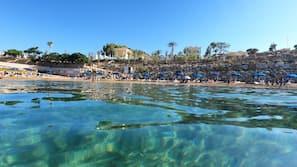 Am Strand, Liegestühle, Sonnenschirme, Sporttauchen