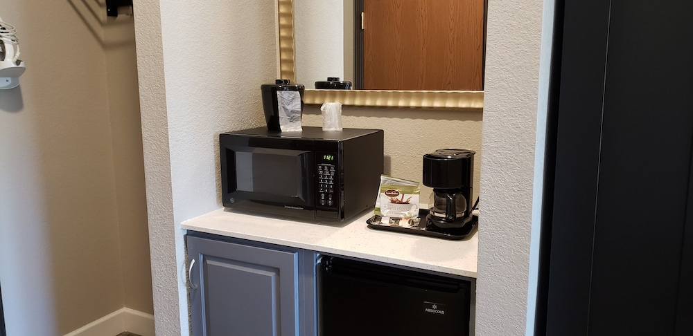 Coffee and/or Coffee Maker, Lakeshore Hotel and Suites