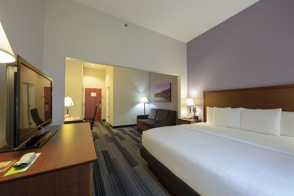 Room, La Quinta Inn & Suites by Wyndham Springfield Airport Plaza