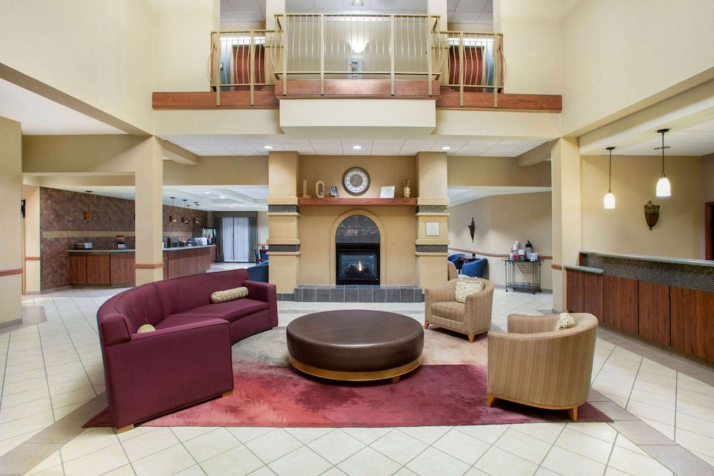Lobby, La Quinta Inn & Suites by Wyndham Springfield Airport Plaza
