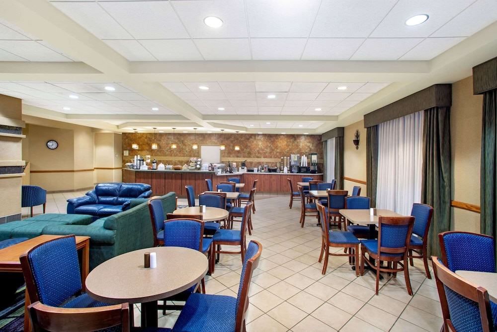 Breakfast Area, La Quinta Inn & Suites by Wyndham Springfield Airport Plaza