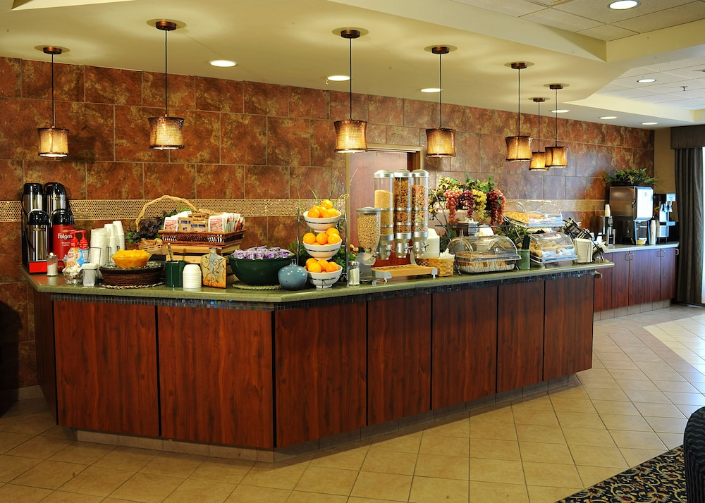 Breakfast buffet, La Quinta Inn & Suites by Wyndham Springfield Airport Plaza