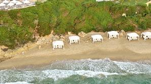 Sonnenschirme, Strandtücher, Wasserski, Windsurfen
