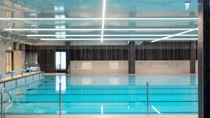 2 개의 실내 수영장