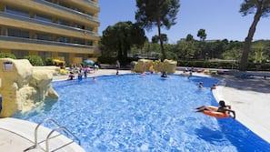 Una piscina al aire libre (de 10:00 a 18:00), sombrillas, tumbonas