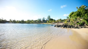 Sulla spiaggia, lettini da mare, ombrelloni, teli da spiaggia