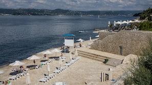 Yksityinen ranta, aurinkotuoleja, aurinkovarjoja