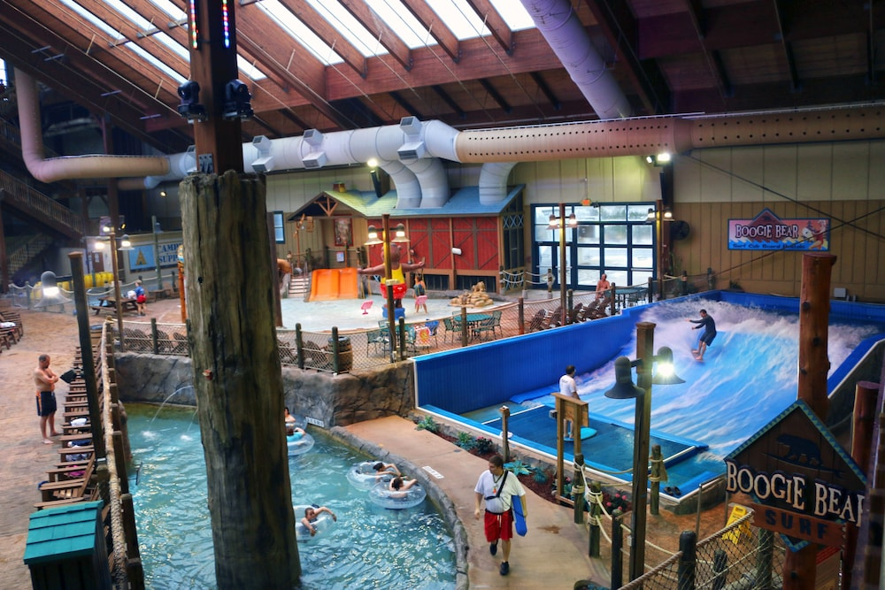 Six Flags Lodge Amp Indoor Waterpark Park Access Included