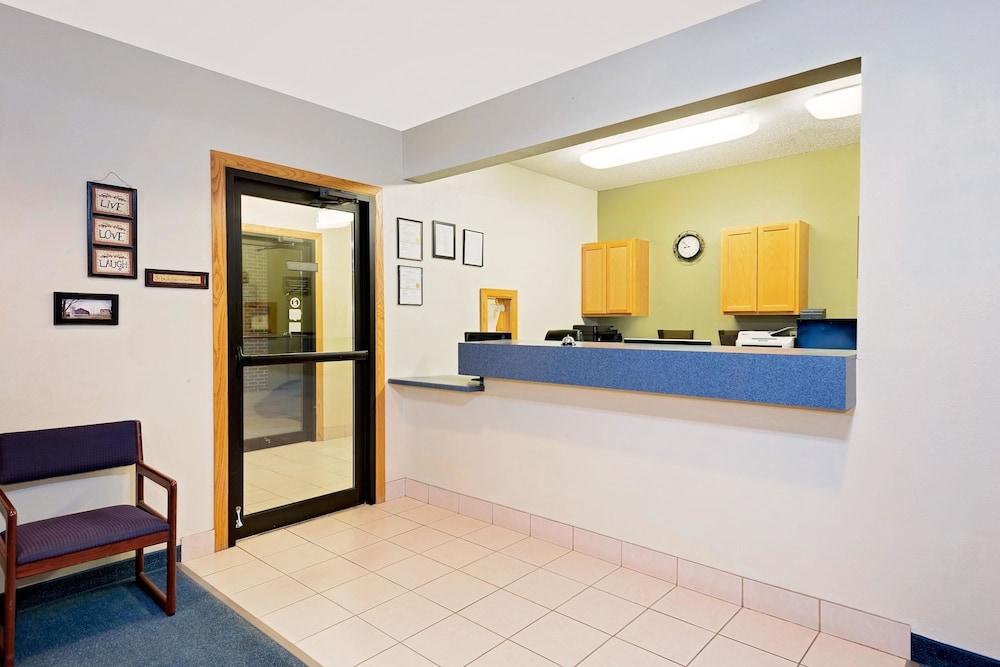 Super 8 by Wyndham Emmetsburg: 2019 Room Prices $79, Deals