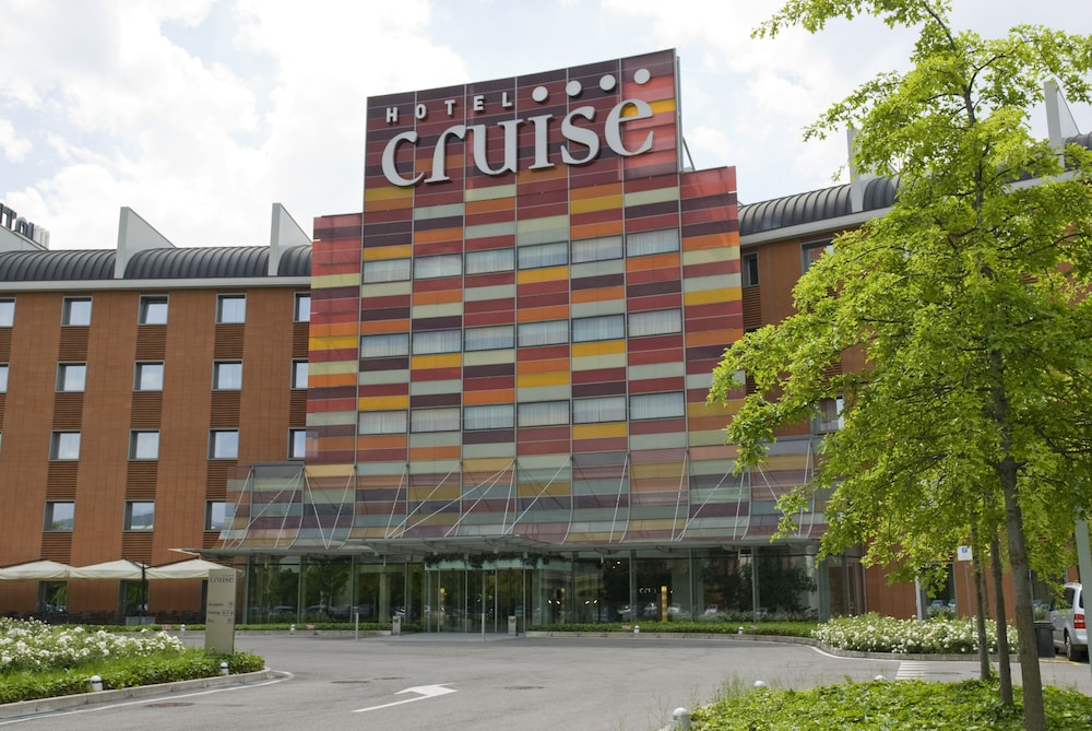 Front of Property, Hotel Cruise
