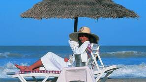 Plage privée, cabines gratuites, chaises longues, parasols