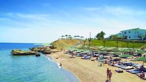 Plage privée, cabines (en supplément), serviettes de plage