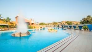2 outdoor pools, pool umbrellas