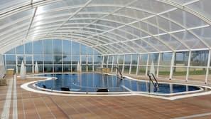 실내 수영장, 시즌별로 운영되는 야외 수영장, 일광욕 의자