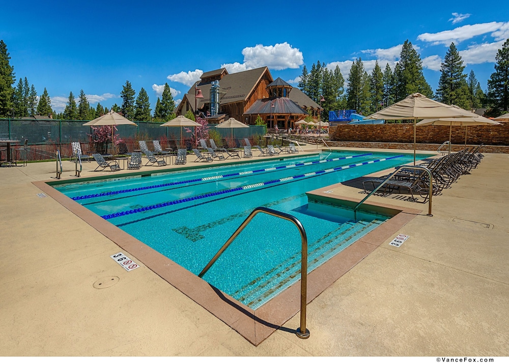 Pool, Tahoe Mountain Lodging