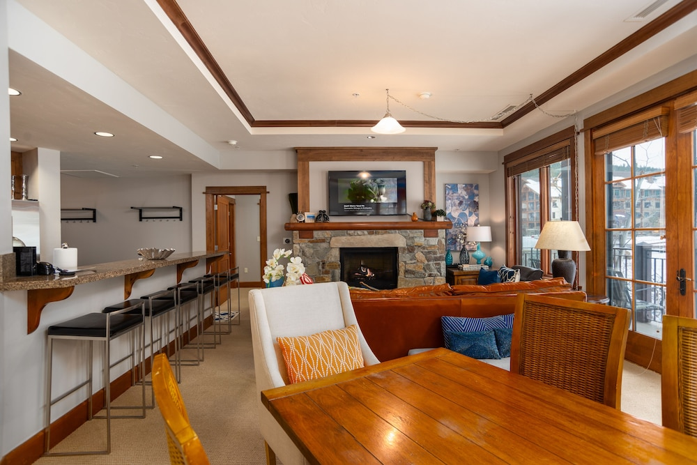 Family Dining, Tahoe Mountain Lodging