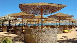 Chaises longues, serviettes de plage, beach-volley, bar de plage
