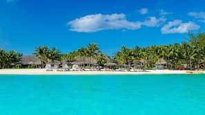 2 piscine all'aperto, cabine incluse nel prezzo, ombrelloni da piscina