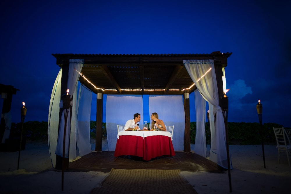 Outdoor Dining, Blue Bay Grand Esmeralda All Inclusive