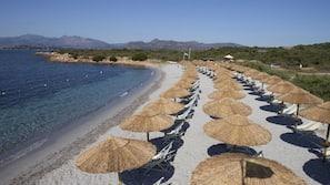 Privatstrand in der Nähe, weißer Sandstrand, Liegestühle, Sonnenschirme