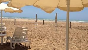 Sulla spiaggia, lettini da mare, ombrelloni, snorkeling
