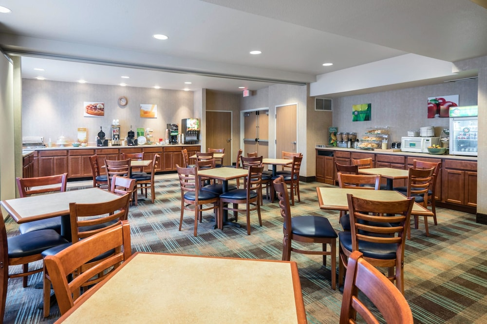 Breakfast Area, Quality Inn & Suites at Olympic National Park
