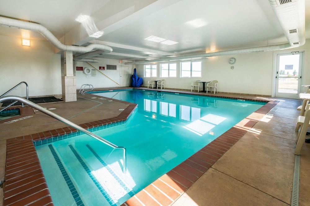 Pool, Quality Inn & Suites at Olympic National Park