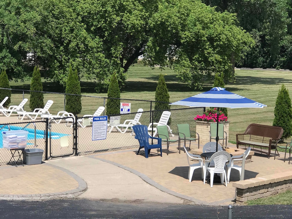 Outdoor Pool, Geneva Wells Motel